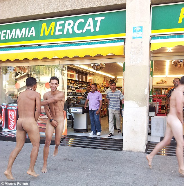 1408722706059_wps_1_naked_italian_tourists_pi