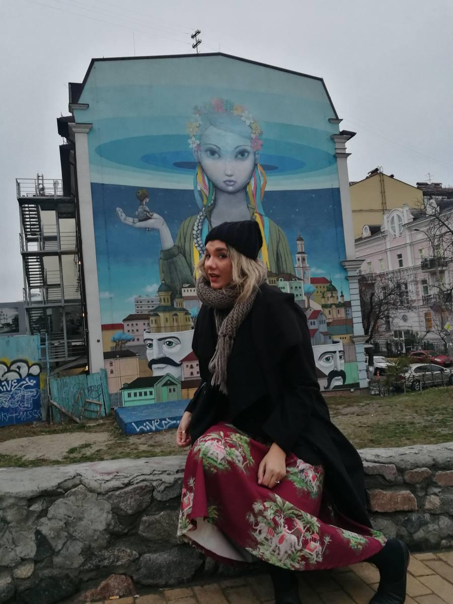 Κατηφορίζοντας στον δρόμο με τους πλανόδιους, το φοβερό αυτό γκράφιτι, μας τράβηξε την προσοχή
