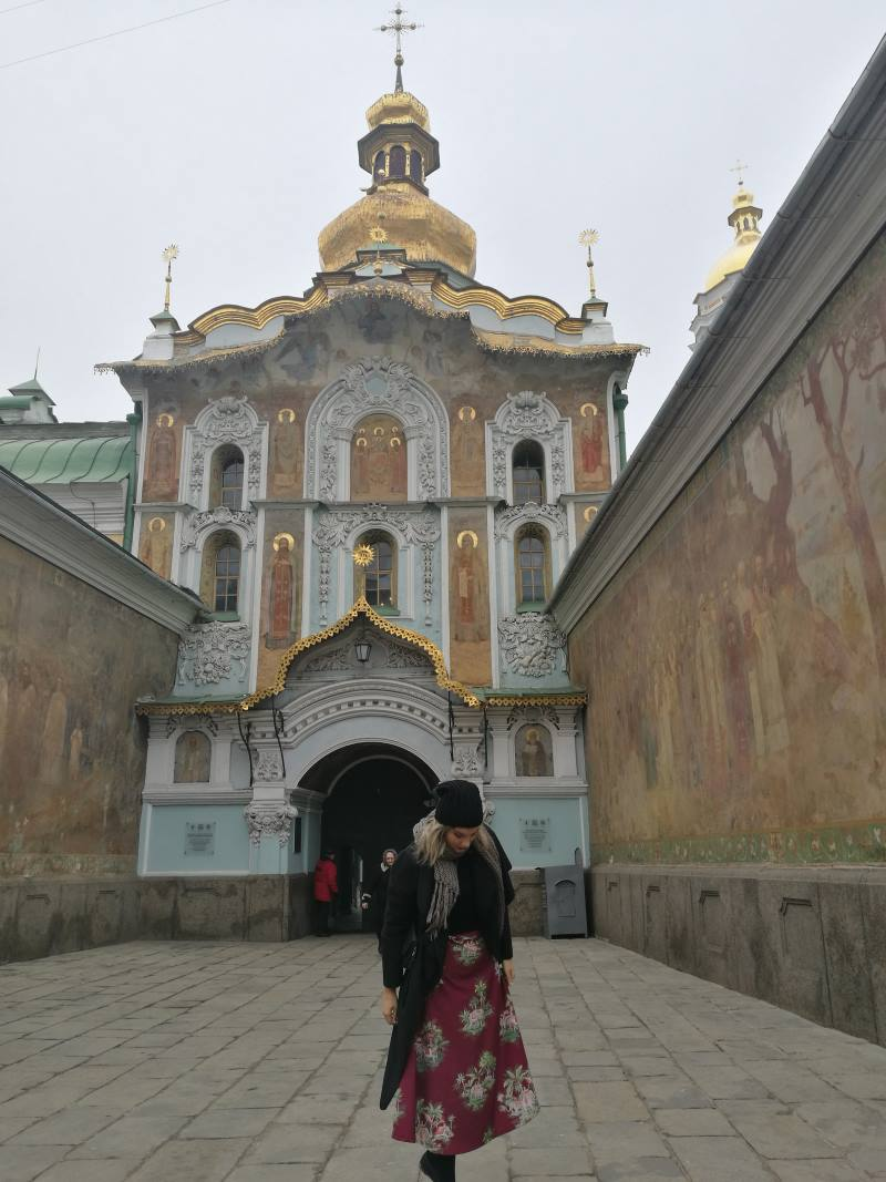 Στην είσοδο του μοναστηριού